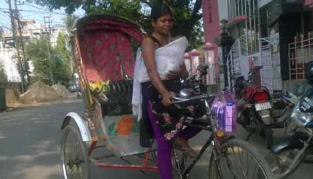 बच्चे को गले में टांगकर रिक्शा चलाती है ये महिला, आंखें नम कर देने वाली है इनकी कहानी