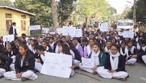 असम में छात्रों ने नागरिकता विधेयक को लेकर कक्षाओं का बहिष्कार किया