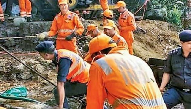 अभी भी खदान कर्मियों के बचावकार्य में लगी है टीम, गांव वालों से नहीं मिल पा रही कोर्इ मदद