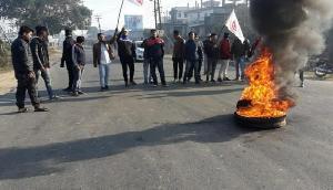 असम में बंद, प्रदर्शनकारियों ने सड़कों पर जलाए टायर