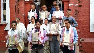 भाजपा के खिलाफ खड़े हुए 22 शहीदों के परिजन, लौटाया सम्मान
