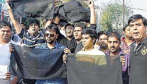 भाजपा के लिए काला कपड़ा बना मुसीबत,  शिक्षा मंत्री का जोरदार विरोध