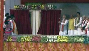 पीएम मोदी के सामने बीजेपी के नेता ने महिला मंत्री की कमर में डाला हाथ, वीडियो वायरल