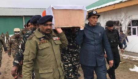 पुलवामा आतंकी हमला: राजनाथ ने शहीद जवानों को दी श्रद्धांजलि, शव को दिया कंधा