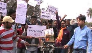 देश गुस्से में, बजरंग दल के कार्यकर्ताओं ने जलाए पाक के झंडे