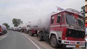 राष्ट्रीय राजमार्ग पर खड़े टैंकर व ट्रैक बन रहे परेशानियों का कारण