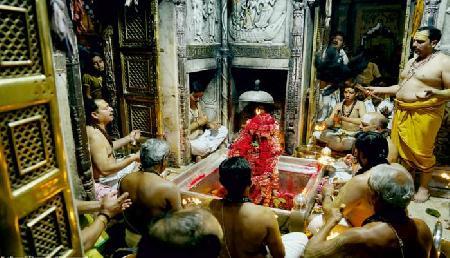 महाशिवरात्रि पर मंदिर में उमड़े श्रद्धालु, लगे 'हर-हर महादेव' के जयकारे