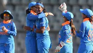 महिला क्रिकेट : भारतीय गेंदबाजों ने इंग्लैंड को 119 रन पर रोका