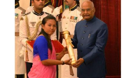 राष्ट्रपति के हाथों भारतीय तीरंदाज बोम्बायला देवी लैशराम को मिला पद्मश्री पुरस्कार