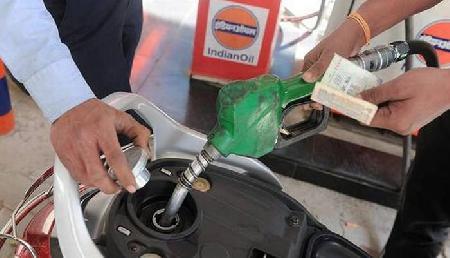 आज की पेट्रोल डीजल की कीमतें कर देंगी आपको खुश, जानिए यहां