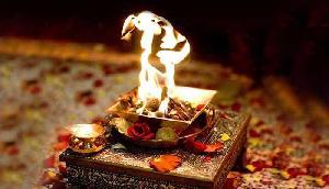 हवन के बिना अधूरी है मां दुर्गा की पूजा, इस महामंत्र के जाप से मनोकामनाएं होंगी पूर्ण
