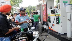 पेट्रोल की कीमतों में आई अभी तक की सबसे बड़ी उछाल, अब इतनी बढ़ गई कीमत