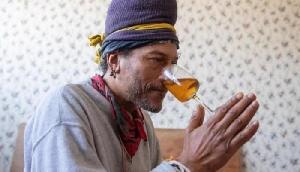 19 सालों से जिंदा रहने के लिए नाक से यूरीन पीता है ये शख्स, सच्चाई उड़ा देगी होश