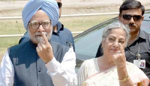 मनमोहन सिंह, उनकी पत्नी ने गुवाहाटी में डाले वोट
