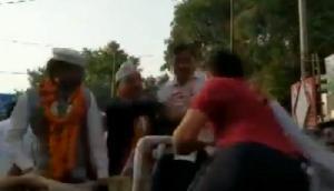 रोड शो के दौरान अरविंद केजरीवाल को शख्स ने जड़ा थप्पड़, वीडियो वायरल