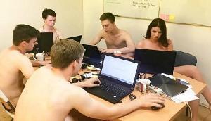 इस ऑफिस में काम करने के लिए उतारने पड़ते हैं कपड़े, बिना कपड़ों के करना पड़ता है काम, जानिए