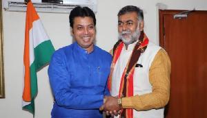 CM बिप्लब ने भेंट कर दी केंद्रीय मंत्री प्रह्लाद पटेल को बधाई, मोदी सरकार में बने हैं मंत्री