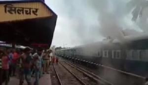 एक्सप्रेस ट्रेन की 3 बोगियों में अचानक लगी आग, तीनों डिब्बे बुरी तरह  क्षतिग्रस्त