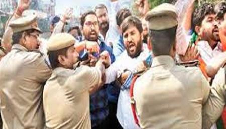 अपने ही सहयोगी दल से भिड़े भाजपा के कार्यकर्ता, पांच घायल, पुलिस ने छोड़े आंसू गैस के गोले