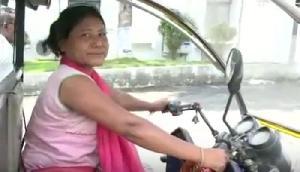 महिलाओं के लिए मिशाल है असम की ये महिला रिक्शा चालक, करती है ये भी काम