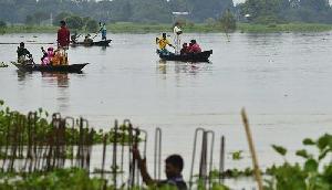 बाढ़ से भयावह हुई स्थिति, गर्भवती महिलाओं की नाव में कराई जा रही डिलीवरी