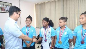 राष्ट्रमंडल भारोत्तोलक चैम्पियनशिप में पदक विजेताओं से मिले खेल मंत्री रिजिजू