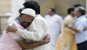 अनोखी मिशाल! मुस्लिम युवक ने अपने हिंदू धर्म पिता का किया दाह संस्कार