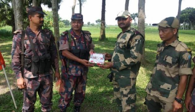 भारतीय-बांग्लादेश सीमा पर तैनात जवानों ने एक-दूसरे को दी ईद की बधाई