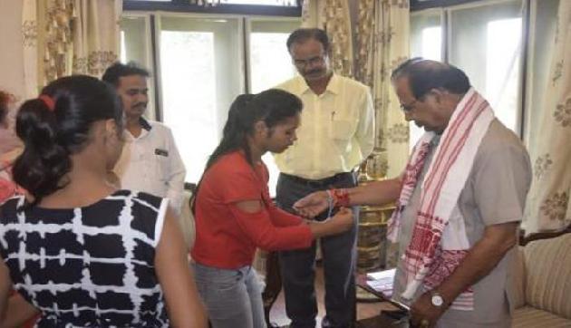 असम के राज्यपाल ने कुछ इस तरह मनाया रक्षबंधन, बहनों को दिया ये तोहफा