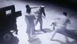 रिश्वत के पैसे के लिए आपस में ही भिड़ गए पुलिसवाले, वीडियो वायरल