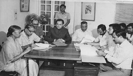 इस लेखिका का दावा, राजीव गांधी ने दूषित की असम की राजनीति