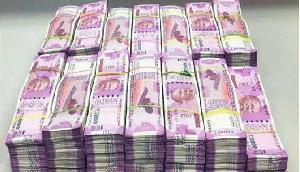कचरे में गलती से फेंक दिए 12 लाख रुपए, इसके बाद हुआ ऐसा सोच भी नहीं सकते आप
