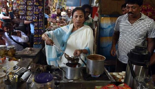 ममता बनर्जी अचानक दुकान में पहुंच कर बोली, हटो हम बनाते हैं चाय, देखें वीडियो