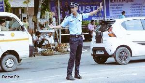 सड़क पर ड्यूटी दे रहे पुलिसवाले को गालियां देकर भाग गया था युवक, फिर हुआ ये हाल