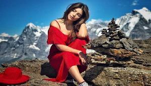 एक्ट्रेस ने रेड ड्रेस में गिराई बिजलियां, तस्वीरें हुई वायरल