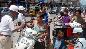 पुलिस ने शुरू की अनोखी पहल, हेलमेट नहीं लगाने वालों को खिला रही मिठाई