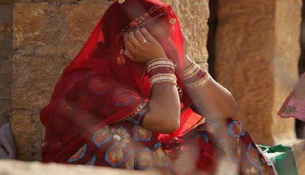 भयावह प्रथा, यहां लोग मिलकर उतारते हैं लड़की के वस्त्र, जिंदगी भर नहीं होती शादी