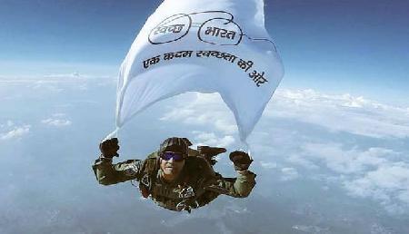वायुसेना ने 15000 फीट की ऊंचाई पर लहराया 'स्वच्छ भारत' का झंडा, देखें वीडियो