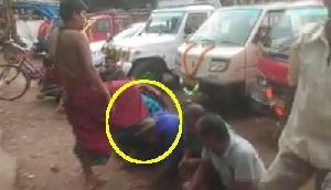 मंदिर के पुजारी ने सिर पर पैर रखकर दिया लोगों को आशीर्वाद, वीडियो Viral
