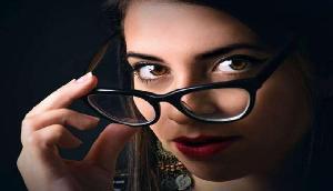 इस कंपनी में महिलाओं को चश्मा लगाने पर है रोक, कारण जानकर हैरान हो जाएंगे आप