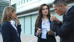चौंकाने वाला खुलासा! बॉस के साथ सिगरेट पीने वालों का जल्दी होता है प्रमोशन, जानिए कैसे