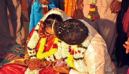 अचानक से हुआ प्यार, यहां शादी से ठीक पहले दुल्हन की मां को ले भागा दूल्हे का पिता
