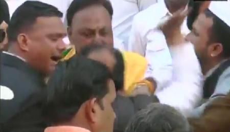 26 जनवरी पर झंडा फहराने को लेकर आपस में भिड़े कांग्रेसी नेता, खूब चले थप्पड़-घूंसे, वीडियो वायरल