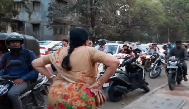 लोगों का दिल जीत रही ये आंटी, सड़क पर सरेआम कर रही चौंकाने वाला काम