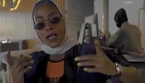 महिलाओं को सुंदर और ताकतवर कहना पड़ा भारी, सरकार ने जारी किया गिरफ्तारी का आदेश
