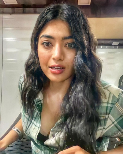 Rashmika Cute Looks in a Light Pink Outfit 6