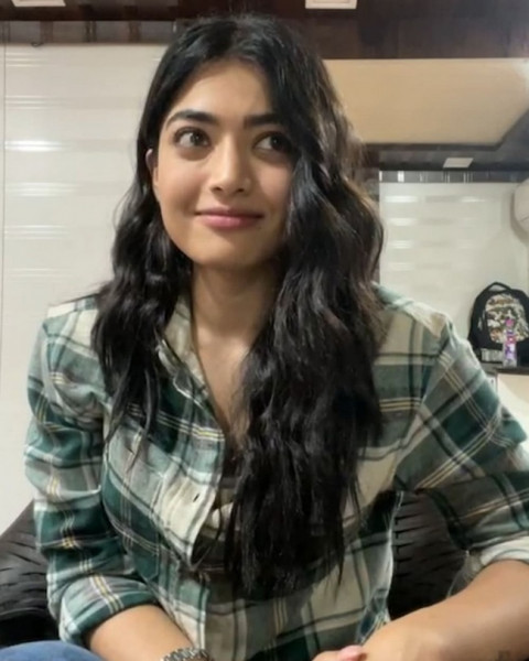 Rashmika Cute Looks in a Light Pink Outfit 9