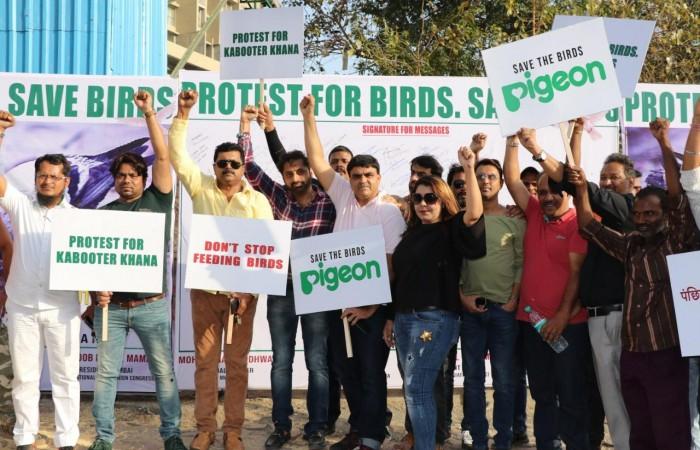 कबूतरखाना हटाने के खिलाफ लोखंडवाला की हस्तियों का धरना
