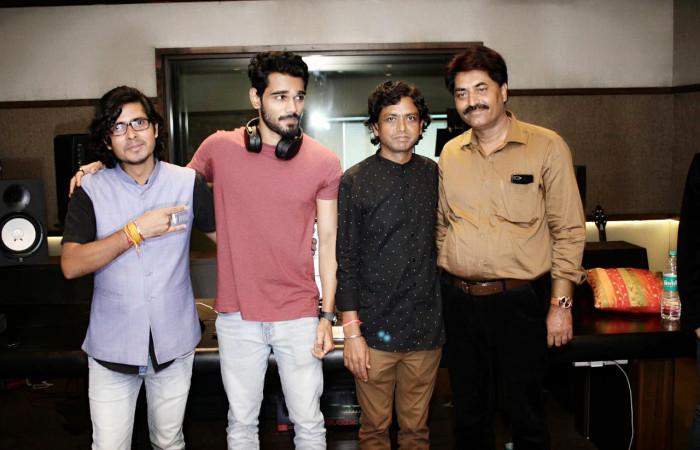 """यासिर देसाई ने डायरेक्टर दिनेश सोनी की हिंदी फिल्म """"तुमसे मिलकर"""" का गीत रिकॉर्ड किया"""