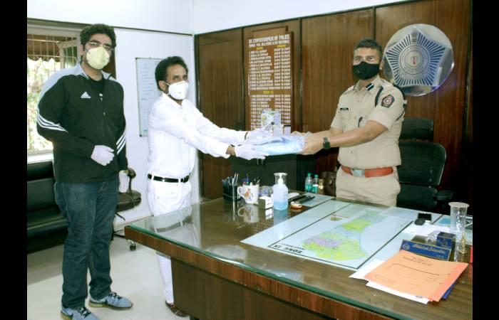 फिल्म प्रोड्युसर जगबीर दहिया ने दिए मुंबई पुलिस को पीपीई किट्स, मास्क,ग्लोव्स और सेनेटाइजर